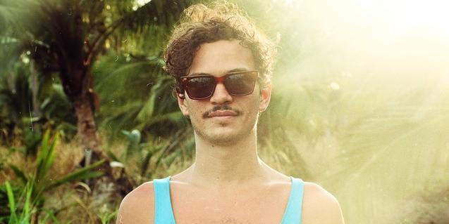 Retrato del intérprete con gafas de sol y camiseta de tirantes