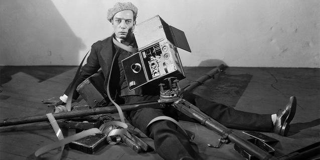 Buster Keaton en el suelo con la cámara