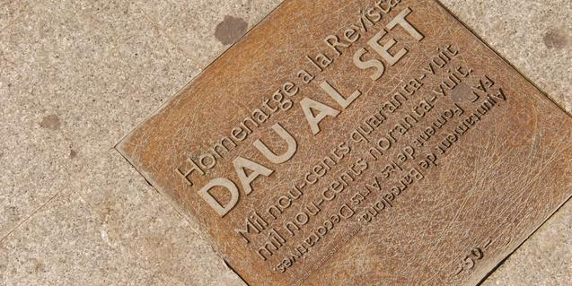 Placa de homenaje a 'Dau al Set', en la plaza de Molina