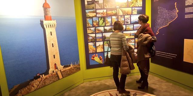 Dos visitantes en la exposición sobre los caminos de ronda