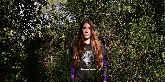 L'autora i intèrpret Laura Roqué retratada amb els cabells llargs i mirant a la càmera enmig d'un bosc