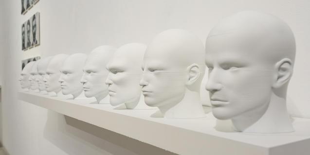 Vista parcial de la obra que presenta en la exposición José Fiol
