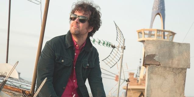 Retrato del músico con gafas de sol en una azotea barcelonesa