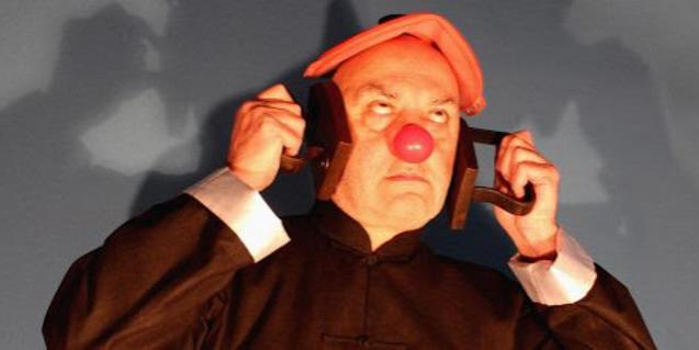 Una de les obres de l'exposició mostra una figura amb una gorra vermella i nas de pallasso