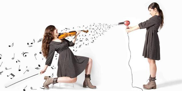 Un montaje fotográfico en el cual la artista proyecta notas musicales sobre sí misma con la ayuda de un secador de pelo