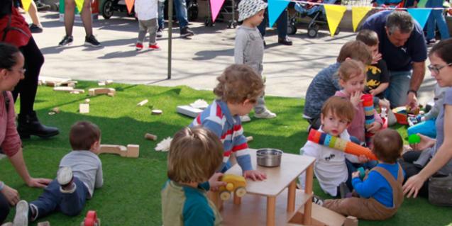 Niños y niñas jugando en la carpa