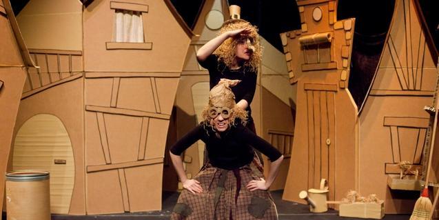 Fotografia de l'espectacle, dues actrius fent de bruixes a l'escenari