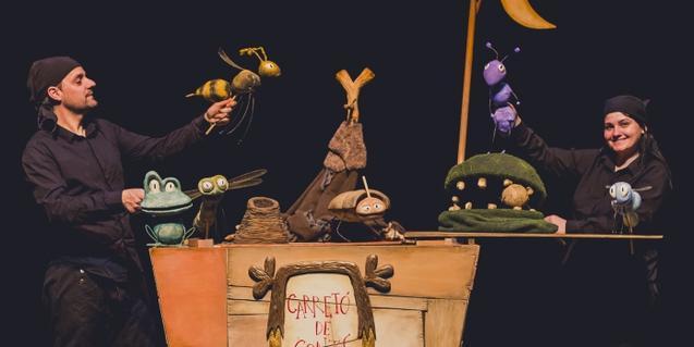 Fotografia de la companyia amb el carretó de contes