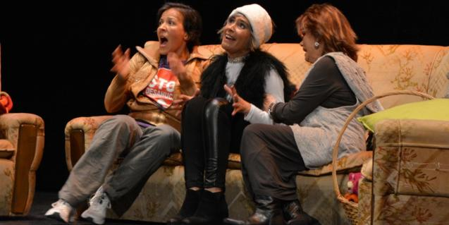 Les tres protagonistes del muntatge assegudes en un sofà en un moment de l'obra