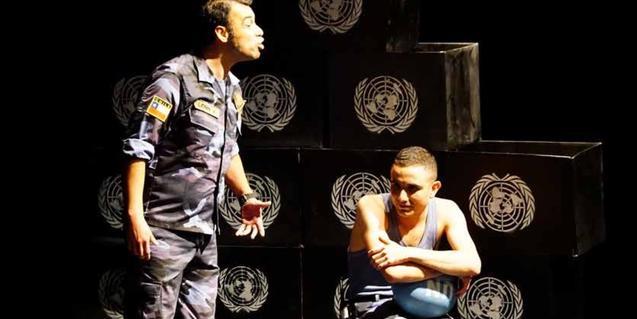 Dos soldats de les Nacions Unides discuteixen en una habitació
