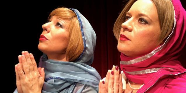 Les dues actrius protagonistes amb mocadors al cap i fent veure que resen