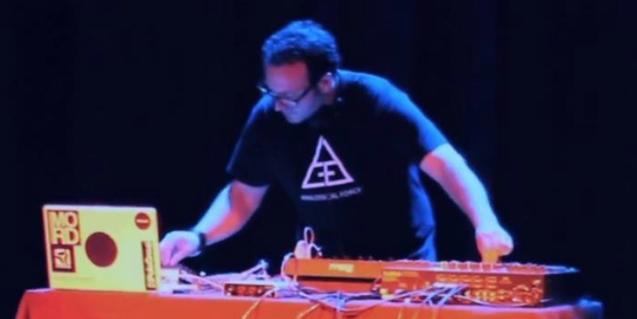 Un músic manipulant el seu ordinador durant una de les actuacions d'edicions passades d'aquestes jornades de música experimental