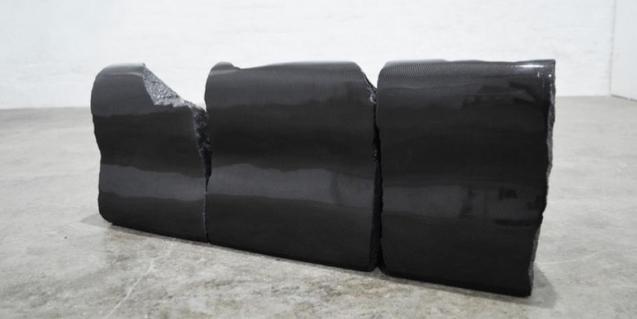 Una escultura abstracta completamente negra del artista Guillermo Ros que forma parte de la exposición