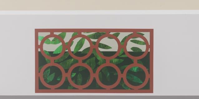Una de les obres de l'exposició mostra una finestra en un mur amb una reixa que imita motius naturals