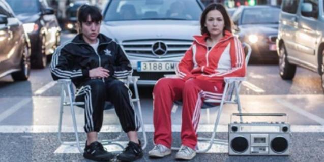 Les dues actrius de la companyia retratades en un pas de vianants assegudes en cadires de platja i amb un radiocassette als peus