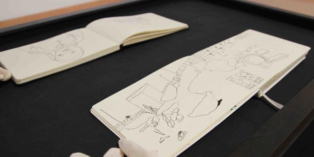 Dos dels quaderns amb dibuixos de l'artista inspirats en la vida diària de les dones marroquines i amazigues