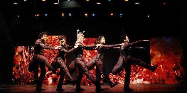 Fotografía del espectáculo, cinco actores haciendo de hormigas bailando