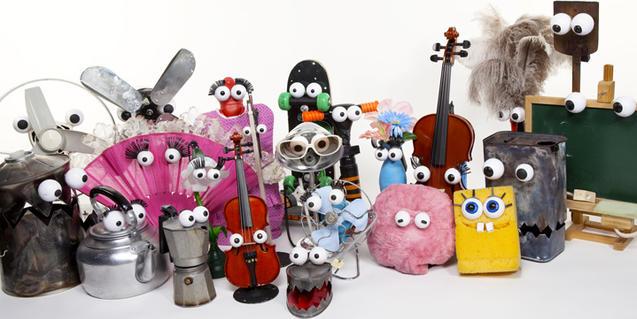 Fotografía de todos los objetos que hacen de títeres en el espectáculo