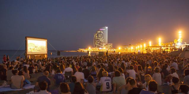 La playa de San Sebastián acoge, desde hace cinco años, el ciclo de cine al aire libre