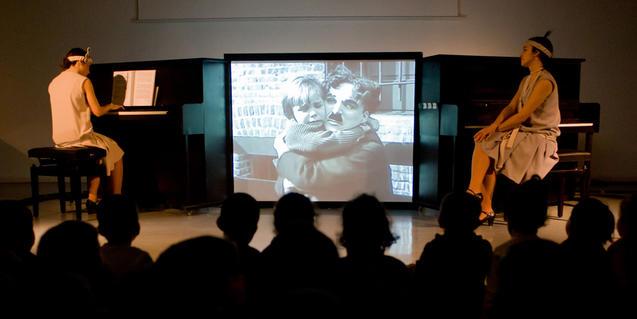 La pianista acompanya les imatges d'El nen', un clàssic de Charles Chaplin.