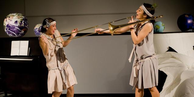 Les nimfes, tocant la trompeta de vares.