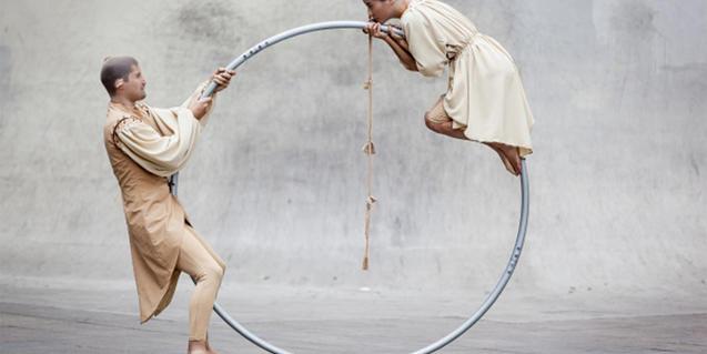 Fotografia d'un espectacle de circ de dos equilibristes
