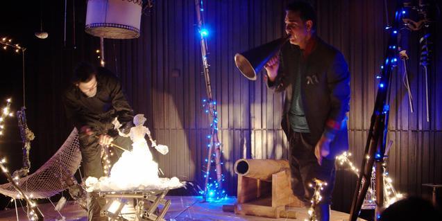 Fotografia de l'espectacle, llums, ombres i un actor a l'escenari