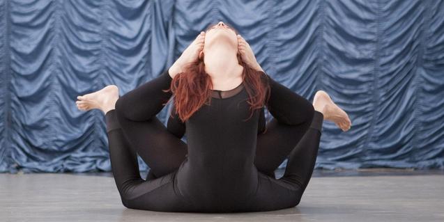 Una jove artista de circ fa contorsions