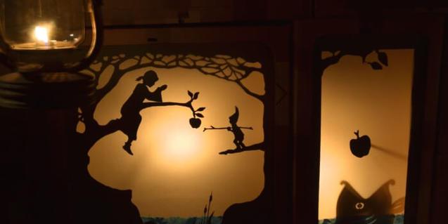 Escena de l'espectacle: ombra de la protagonista enfilada a un arbre.