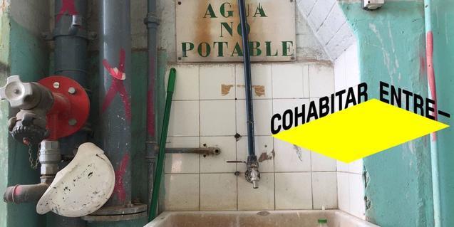 La fotografía de una pica de baño en un espacio en obras sirve para anunciar la exposición