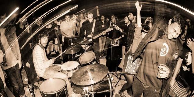 Joan Colomo acompañado de sus músicos en plena actuación