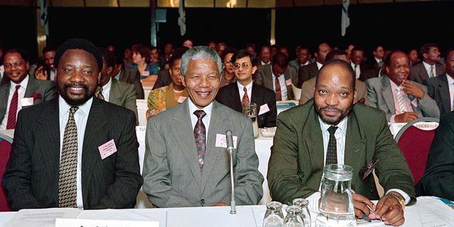 Una escena del documental 'Como robar un país', on apareix una reunió de polítics, entre ells Nelson Mandela