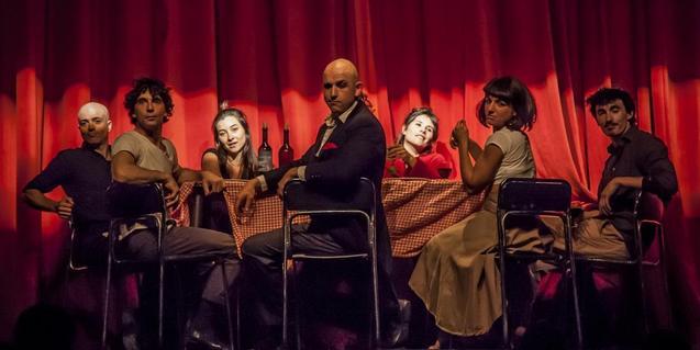 Los artistas del Combinat de circ sentados alrededor de una mesa