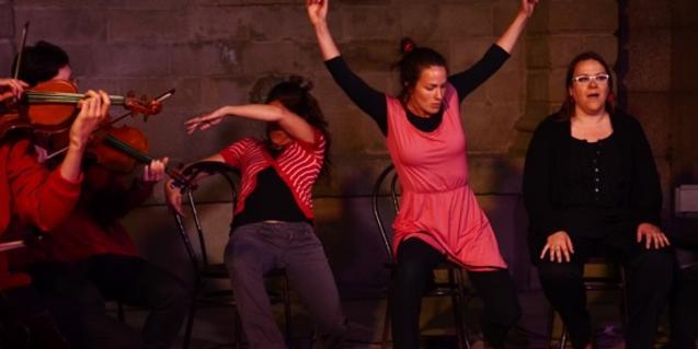 Un music i un grup de noies, en una imatge d'un dels espectacles de BarriBrossa