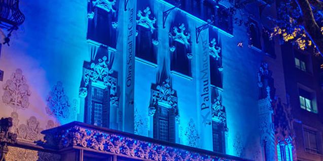 Façana Palau Macaya il·luminada de blau