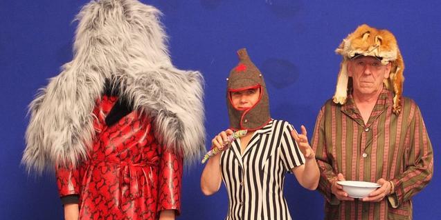 Los tres personajes protagonistas vestidos de manera extravagante