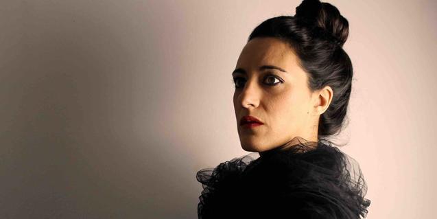 Una de les actrius protagonistes retratada amb el cabell recollit i amb un mocador negre al coll