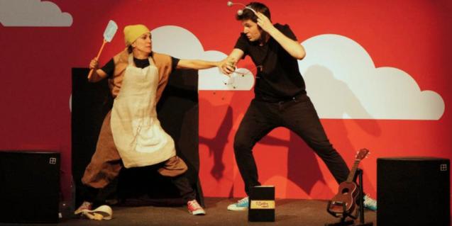 Los dos actores en el escenario en la competición de cuentos