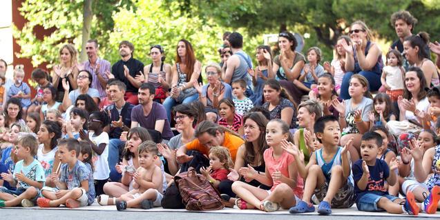 Público familiar observando el espectáculo de circo