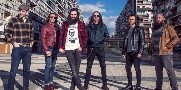 Retrato de grupo de los integrantes de la banda, en un barrio de Madrid