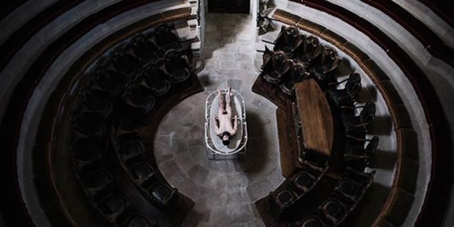 El cuerpo del performer, en la sala de dissecciones de la Reial Acadèmia de Medicina