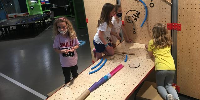 Unes nenes realitzen un experiment.