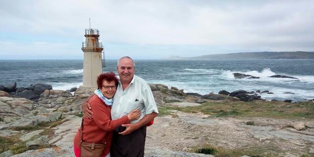 El pare i la mare de la fotògrafa que promou aquesta iniciativa retratats abraçats davant d'un far