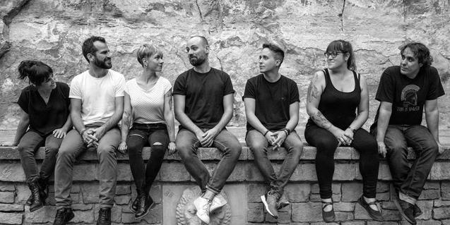Els integrants de la companyia retratats asseguts a l'escenari del Teatre Grec de Montjuïc