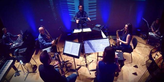 Retrato de los miembros de la formación de cámara tocando sus instrumentos