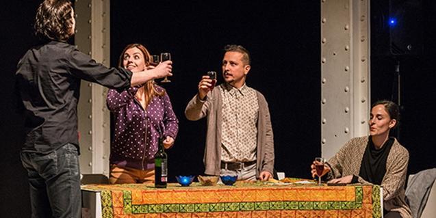 Un dinar familiar en una escena d'una de les obres que es representen