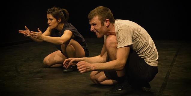 Los dos protagonistas del espectáculo, agachados durante la función