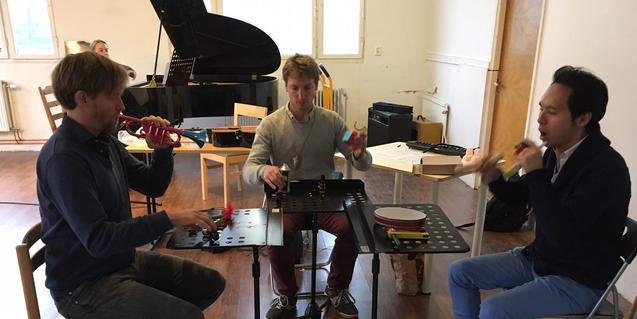 Tres de los miembros de la formación durante un ensayo