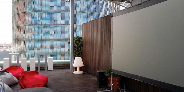 La terrassa de l'hotel, amb la pantalla preparada per a la projecció