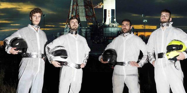 Els membres de la banda, vestits d'astronauta, a punt per al concert a la Sala Apolo